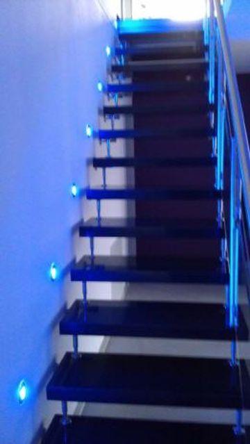 Treppenbeleuchtung mit Wandeinbauleuchten in verschiedenen Farbtönen